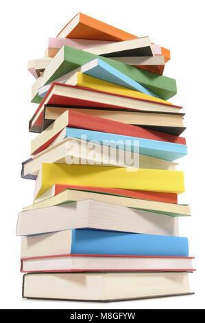 Sehr hohe unordentlicher Stapel oder Stoß von bunten Bücher auf einem weißen Hintergrund. Platz für Kopieren. Stockfoto