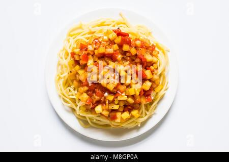 Spaghetti Pasta auf isolierten weißen Hintergrund - Stockfoto