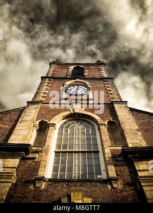 Kirche der Heiligen Dreifaltigkeit in Hendon, Sunderland. Die Kirche wurde 1719 gebaut und war die erste Kirche des damals neu gegründeten Pfarrei von Sunderland. Es steht neben der Stadt Moor. Es ist Grad 1 aufgeführt.