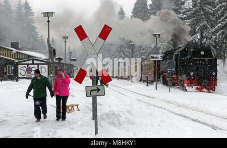 Schierke, Deutschland. 17 Mär, 2018. Ein Zug der Harzer Schmalspurbahn (HSB) Schmalspurbahn in den Schnee am Bahnhof - Stockfoto