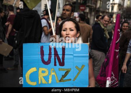 """Athen, Griechenland. 17 Mär, 2018. Eine weibliche Demonstrant gesehen, die ein Schild mit """"UN-verrückt"""" darauf geschrieben. - Stockfoto"""