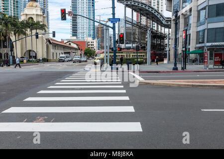 SAN DIEGO, Kalifornien, USA - Zebra Fußgängerüberweg in der Innenstadt von San Diego auf den W. Broadway Straße - Stockfoto