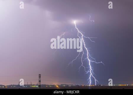 Blitz über eine Stadt, Gewitter, Strom Explosion Sturm, thunderbolt im Himmel
