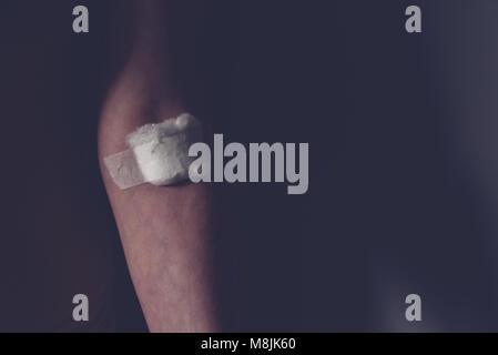 Watte auf die weibliche Hand nach der Blutentnahme Blut Probe sammeln, Gesundheitswesen und Medizin Konzept - Stockfoto