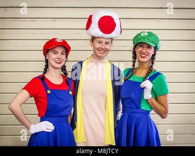 SHEFFIELD COMIC CON, Sheffield, UK, 7. Oktober 2018. Drei Cosplayer gekleidet, wie Super Mario, Luigi und ein Pilz - Stockfoto