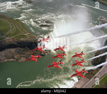 Die roten Pfeile (die Aerobatic Display Team der Royal Air Force), überfliegen Niagara Falls, Kanada - Stockfoto