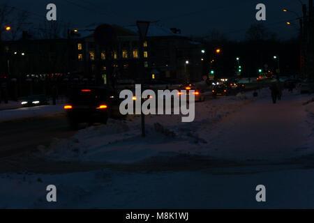 Das Auto Scheinwerfer an einem nebligen Hintergrund mit einem Fuß Mann. Abend - Nacht - Stockfoto