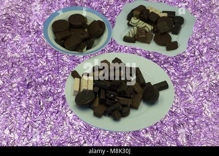 Schokolade Pudding Kuchen mit Nüssen und Kakao auf Vintage Holz schwarze Platte. Essen horizontale Hintergrund. - Stockfoto