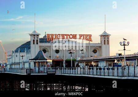 Pier von Brighton, Brighton und Hove, Großbritannien, 2018. den Brighton Pier, auch genannt das Palace Pier, ist eines der beliebtesten touristischen Reiseziele in England.