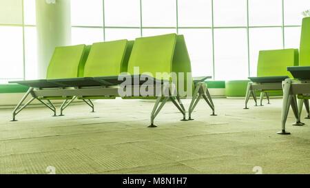 Leeren Flughafen Terminal Wartebereich mit Stühlen. Lounge im Flughafen mit Sitzplätzen - Stockfoto