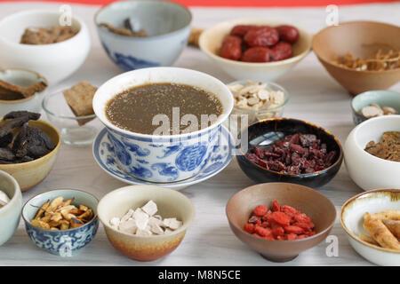 Alle Arten von chinesischen Kräutermedizin in der Porzellan Schale - Stockfoto