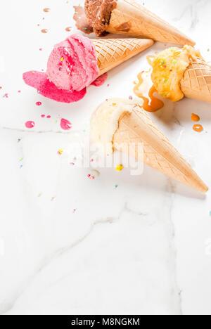 Hausgemachte berry Vanille Karamell Schokolade Eis in der Waffel Kegel, weißem Marmor Background Copy space - Stockfoto