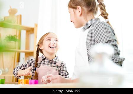 Verspielte Mädchen Cookies machen - Stockfoto