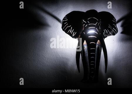 Elephant Head von hinten beleuchtet. Objekt an der Wand hängen. - Stockfoto