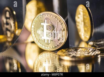 Münze der Crypto-Währung Bitcoin mit mehreren Reflexionen | Verwendung weltweit - Stockfoto
