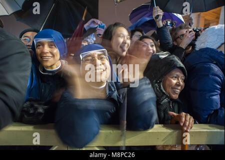 Vatikanstadt. Faithfuls reagieren vor dem neu gewählten Papst Franziskus ich auf dem zentralen Balkon des Petersdoms - Stockfoto