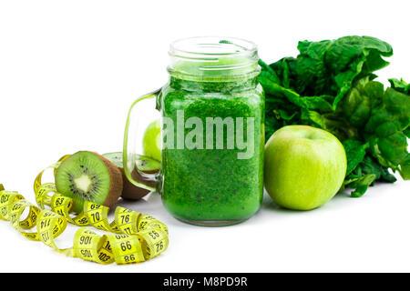 Grüne Smoothie mit Spinat, Apfel, Kiwi und Minze isoliert in einem Glas mug auf weißem Hintergrund. - Stockfoto