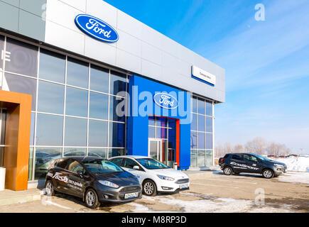 Samara, Russland - 24. Februar 2018: Bürogebäude der offiziellen Händler Ford im Winter Tag. Ford Motor Company - Stockfoto