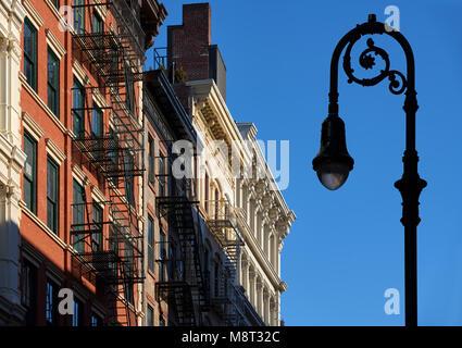 Soho Häuserfassaden mit Gesimse, Feuer und eine Lampe-Post. Manhattan, Soho, New York City - Stockfoto