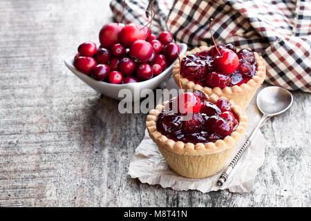 Ei Pudding mit Cranberry jam und wilde Äpfel auf hölzernen Tisch - Stockfoto