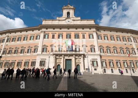 Palazzo Montecitorio in Rom - Sitz der repräsentativen Kammer des italienischen Parlaments. - Stockfoto