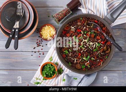 Schwarze linsen Beluga mit Gemüse. Fastenzeit Menü. Veganes essen. Ansicht von oben - Stockfoto