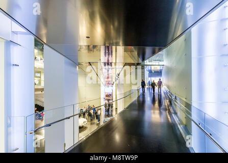 Innenraum des BMW Museums. Das BMW-Museum liegt in der Nähe des Olympiageländes in München und wurde 1972 kurz vor - Stockfoto