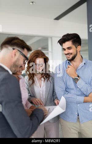 Business-Leute, die Spaß im Büro - Stockfoto