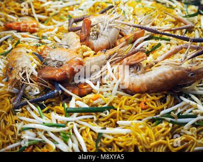 Spiegelei Nudeln mit Gemüse und Garnelen - Stockfoto