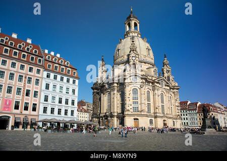 DRESDEN, Deutschland - 17. SEPTEMBER 2014: Menschen im Zentrum der Altstadt, in der Nähe von Frauenkirche (Muttergottes - Stockfoto