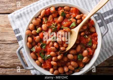 Organische Borlotti Bohnen in Tomatensoße mit Kräutern close-up in einer Schüssel auf den Tisch. horizontal oben - Stockfoto