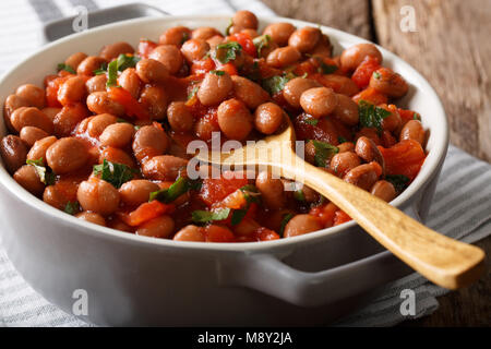 Gesunde Ernährung: Eintopf Borlotti Bohnen in Tomatensoße mit Kräutern close-up in einer Schüssel auf dem Tisch. - Stockfoto