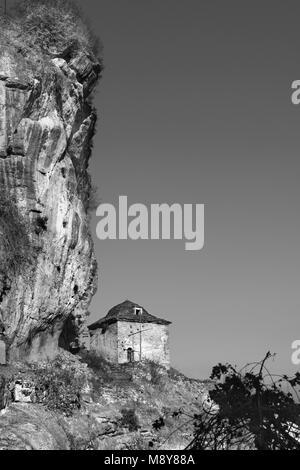 Ein byzantinisches Kloster Tsouka in der bergigen Region Kastoria, Berg Gramos, Westmakedonien, Griechenland, Europa - Stockfoto