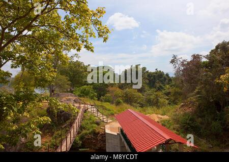 Eine beliebte Sri Lankan Picknick am See sorabora im zentralen Bezirk mit einem Steg und tropischen Wald unter einem - Stockfoto
