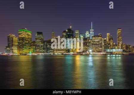 Panoramablick auf die Wolkenkratzer in Manhattan Skyline aus Brooklyn in New York City bei Nacht. Sommer Abend in New York. Stockfoto