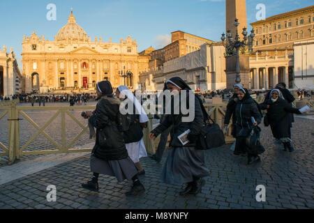 Vatikanstadt. Nonnen kommen nach der Einweihung Masse von Papst Franziskus auf dem Petersplatz am 19. März 2013 - Stockfoto