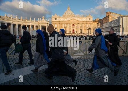 Vatikanstadt. Priester und Nonnen kommen nach der Einweihung Masse von Papst Franziskus auf dem Petersplatz am 19. - Stockfoto