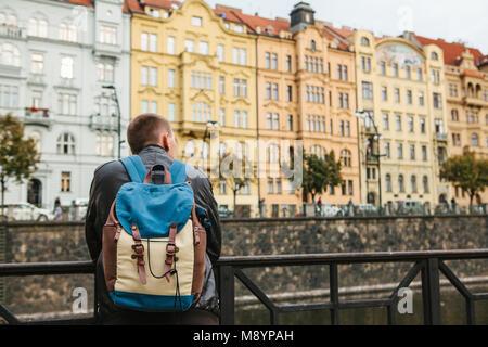 Ein Tourist mit einem Rucksack vor einem wunderschönen alten Architektur in Prag in der Tschechischen Republik. - Stockfoto