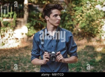 Hipster Teenager jungen Fotografen mit retro Film Foto Kamera - Stockfoto