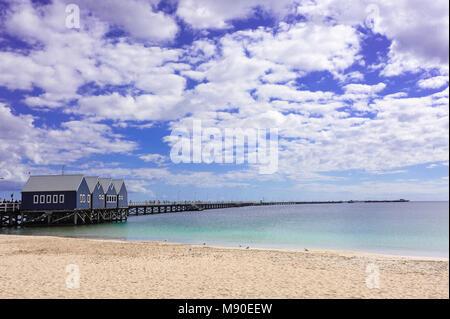 Busselton Jetty in Geographe Bay, Western Australia reicht weit in die Ferne gegen Hintergrund des blauen Himmels - Stockfoto