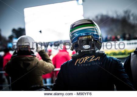 Nick Padmore in der Boxengasse warten auf den Treiber ändern Während der Gerry Marshall in Goodwood Mitgliederversammlung 76 Am Goodwood Motor Circuit - Stockfoto