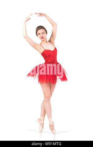 Ein Mädchen in einem roten Tutu tanzen Ballett. Studio shot auf weißem Hintergrund, isolierte Bild. - Stockfoto