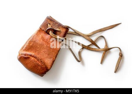 Kleine, alte abgenutzte Münze aus braunem Leder Tasche, auf weißem Hintergrund. - Stockfoto