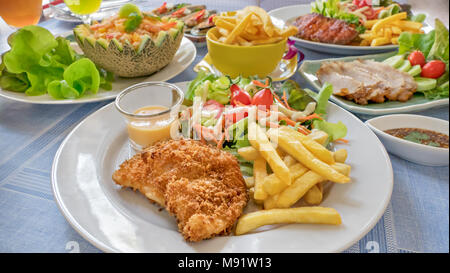 gebratener lachs mit pommes frites und gem se auf h lzernen tisch stockfoto bild 175648353 alamy. Black Bedroom Furniture Sets. Home Design Ideas