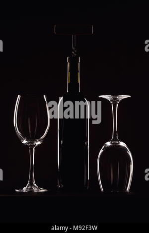 Flasche rot Wein mit einem Glas auf einem schwarzen Hintergrund, Korkenzieher - Stockfoto