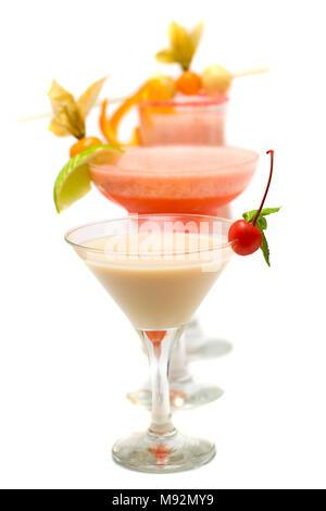 Winter kirsche Cocktail mit grüner Minze und rote Früchte auf unscharfen Cocktails isoliert auf weißem - Stockfoto