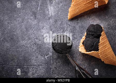 Schwarzes Eis. Trendy Essen - Stockfoto