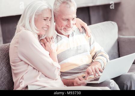 Im Alter angenehm Paar sitzen und mit Laptop. - Stockfoto