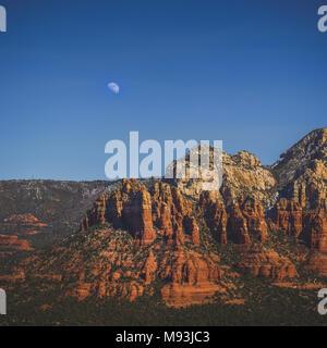 Ansicht von bunten in Munds Berg mit dem Mond im Himmel, Sedona, Arizona - Stockfoto