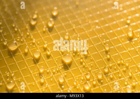 Wassertropfen auf gelbe Farbe Kunststoff Hintergrund Textur - Stockfoto